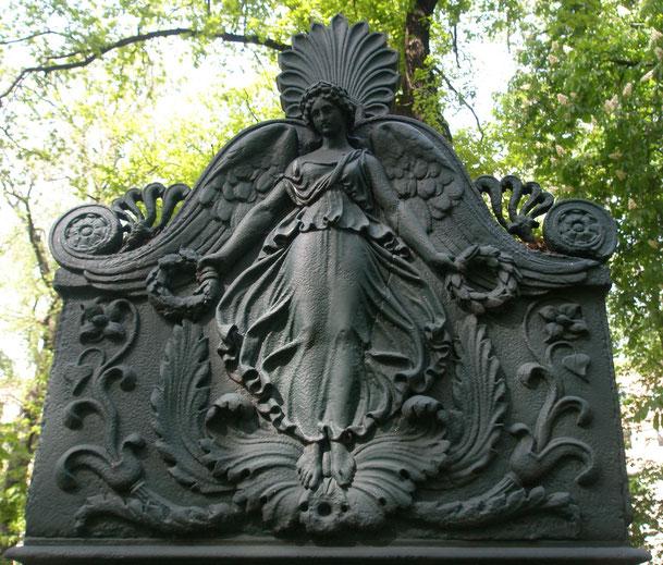 Grabmal für Ludwig Matthias Nathanael Gottlieb von Brauchitsch auf dem Alten Garnisonfriedhof in Berlin, Detail Stelenaufsatz, Aufnahme 2009 © Lena Rebekka Rehberger