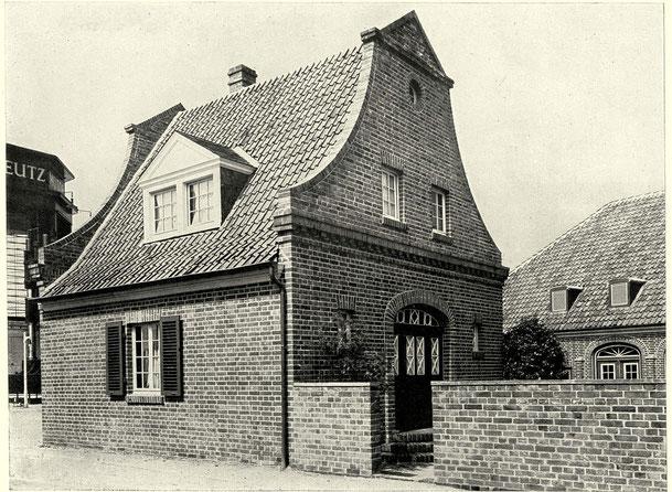 """Arbeiterwohnhaus für Industriearbeiter, Architekt Fritz Becker. """"Neues Niederrheinisches Dorf"""" auf der Werkbundausstellung, Köln 1914"""