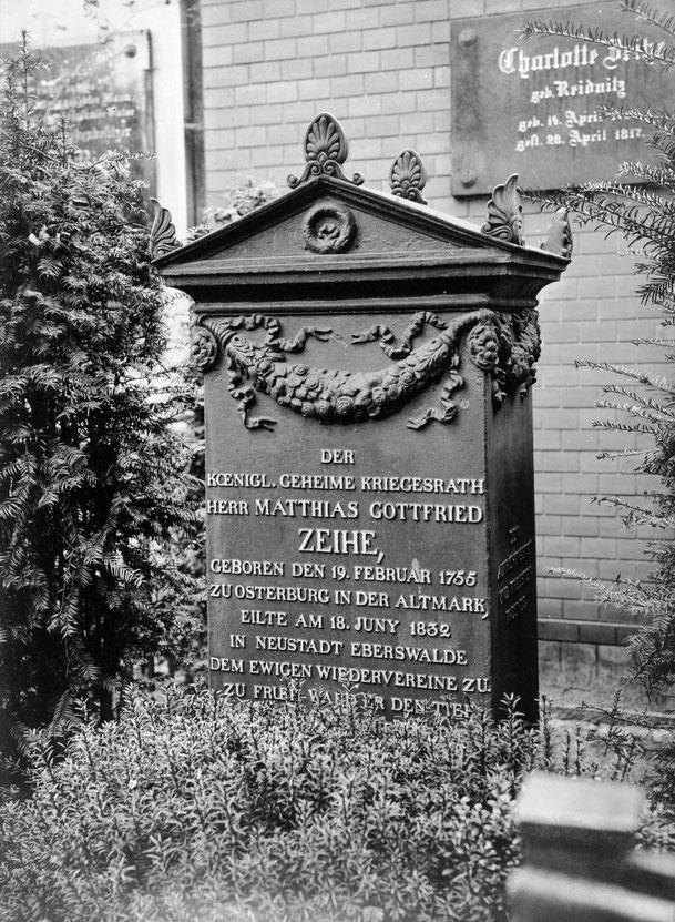 Grabmal für den Königlichen Geheimen Kriegsrat Matthias Gottfried Zeihe, historische Fotografie © Staatliche Museen zu Berlin, Preußischer Kulturbesitz