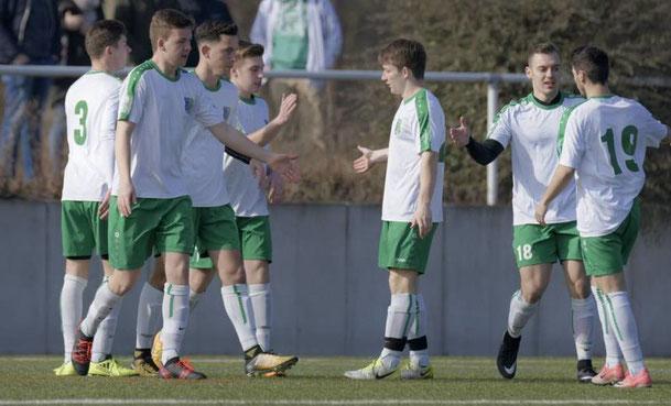 Nach dem 1:0 durch Timothy Wellenreuther (3. v.l.) durfte der TSV Amicitia Viernheim II im Spiel gegen die SpVgg 07 Mannheim noch viermal jubeln. © Nix