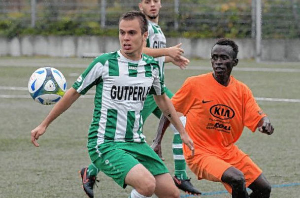 Pascal Wasow vom TSV Amicitia schirmt hier den Ball erfolgreich vor SG-Akteur Omar Sabara ab. Am Ende setzte sich allerdings die SG durch.