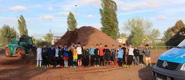 Daumen hoch: Die Jugendspieler freuen sich, wenn anstelle des Sandhügels ein Rasenplatz entsteht.