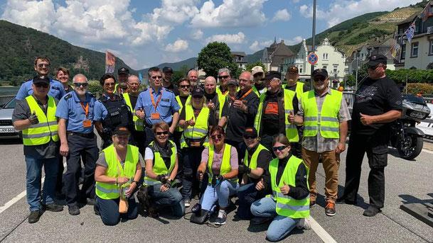 Die Damen des H-D Club bei der geführten Ausfahrt auf dem Domplatz in Geisenheim
