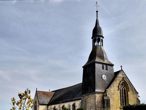 Vue extérieure de l'église et du clocher avec sa flèche qui s'élève à une trentaine de mètres
