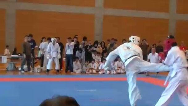 師範、KO勝利の瞬間!後ろ蹴り!