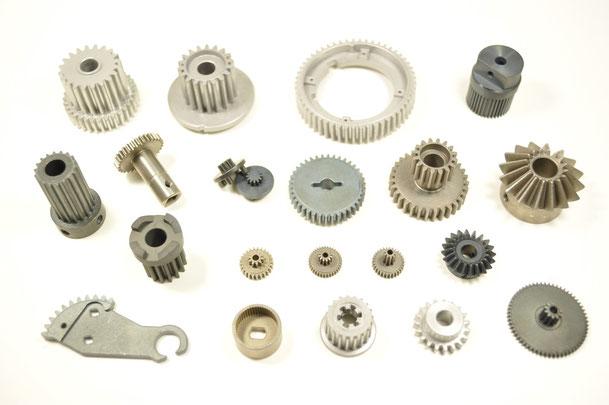 ギアなどの機械部品には鉄系が多く使われます。 機械部品は丈夫さに加えて、粘りも必要になるため、鉄に加えて ニッケルを少量配合したり、潤滑剤の役割をするモリブデン系の 素材を加えて組成することもあります。ただし軸受と違って機械部品は、内部のポーラス(孔)が少ない方が強度が増し耐蝕性も上がるため、密度の高い組成が求められます。