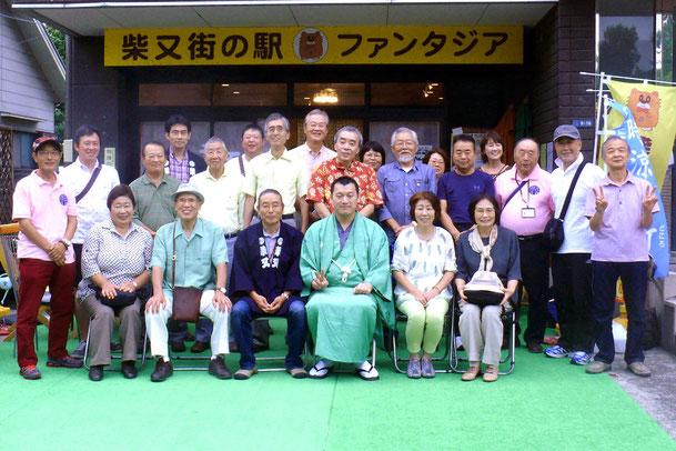 噺家さんと記念集合写真。柴又ファンタジア演芸場ならではの一枚です。