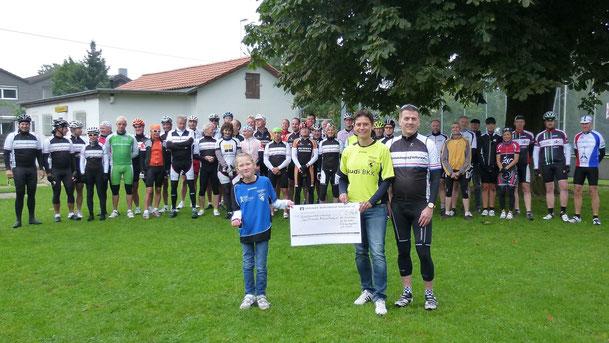 Jörg Behnke, Organisator der RSG Sonntagfahrer, überreichte den Spendenbeitrag in Höhe von 2.090,13 Euro an die zweite Vorsitzende der Sportfreunde Braunschweig e.V. Tina Klose und einer Teilnehmerin der Fußball AG, Katharina Unger.