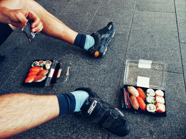 Radpause mit Sushi am Boden
