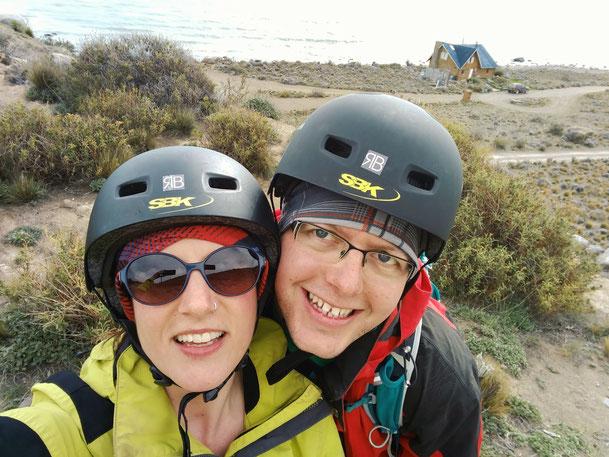 Radlerin und Radler am Lago Argentino