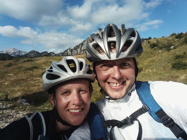Erschöpft aber glücklich am Gipfel mit dem Rad angekommen