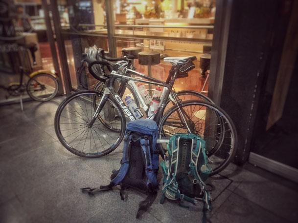 Unsere zwei Rennräder mit unserem Gepäck