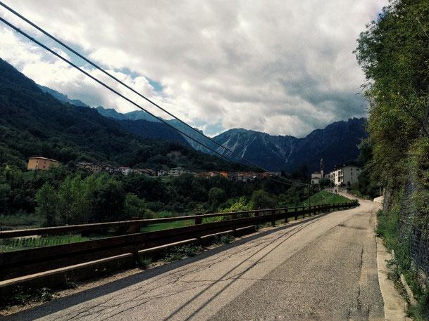 Steile Straße Richtung Berge