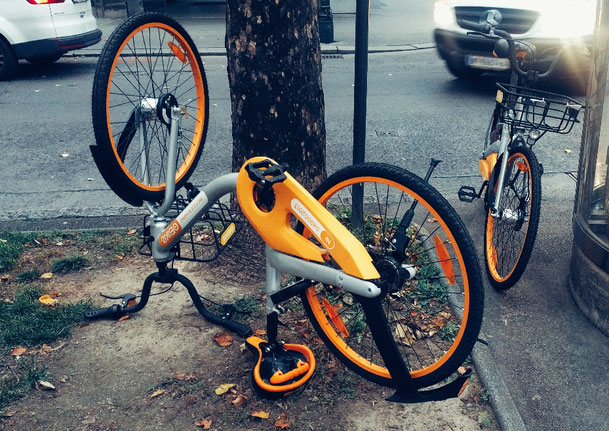 O-Bikes am Wegesrand