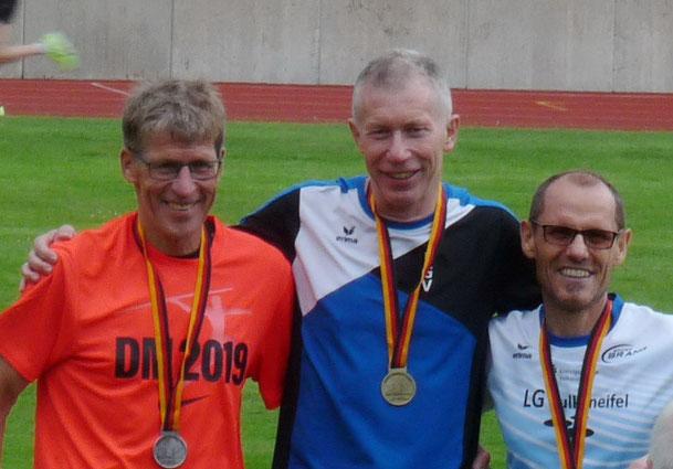 Willi Jöxen und Richard Luxen bei der Siegerehrung der 10.000m DM in Essen. In Leinefelde gab es trotz guter Leistungen keine Medaillen.