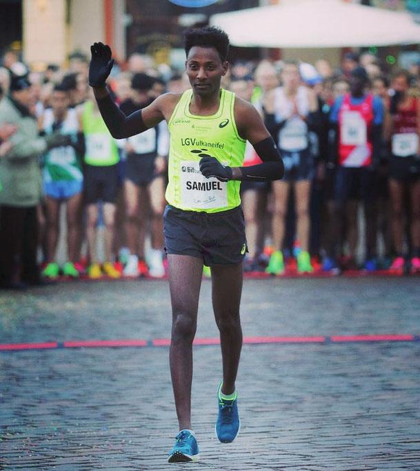 Samuel Fitwi (hier beim Silvesterlauf in Trier) überzeugt bei seinem zweiten Halbmarathon (Foto: Holger Teusch)