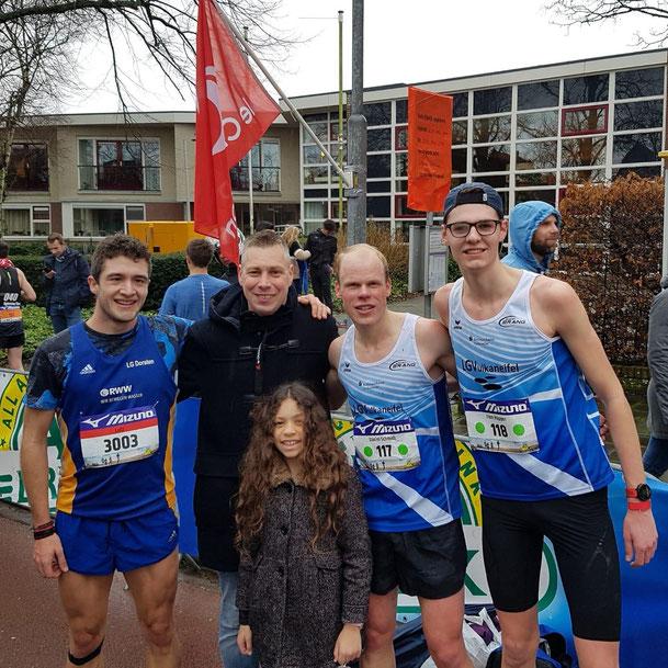Daniel Schmidt und Finn Küpper mit Leonard van Putten, seiner Tochter Selma und Sportfreund Lutz Holste (LG Dorsten)