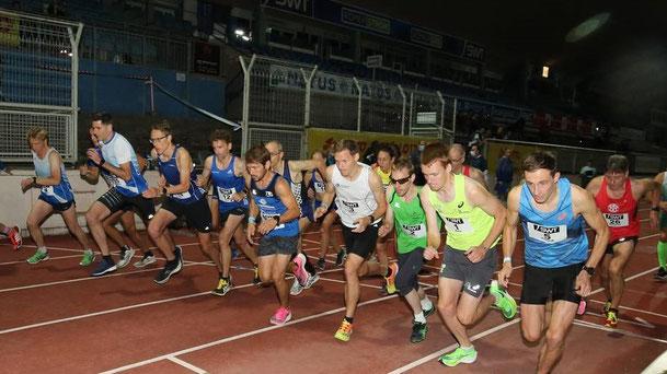 Start zum 10.000 m Rennen beim Flutlichtmeeting in Trier (Foto: Holger Teusch)