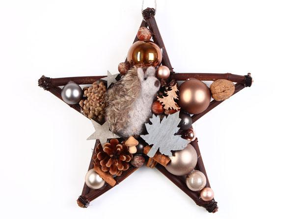 Stern mit Plüschigel, Zapfen, Glaskugeln und Holzblättern.