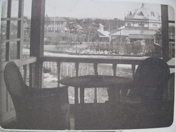写真右側には、重要文化財として指定された「旧双葉幼稚園園舎」、左側には旧十勝支庁庁舎を望む