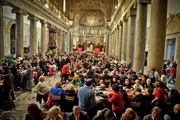 聖エジディオ共同体によってホームレスの人たちに提供されたクリスマス・ランチ(ローマにあるサンタ・マリア・イン・トラステヴェレ聖堂で)