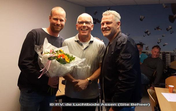 De bloemen voor de 1e prijs gaan dit weekend naar vluchtwinnaars Tim Boelens en Roel Poelstra.