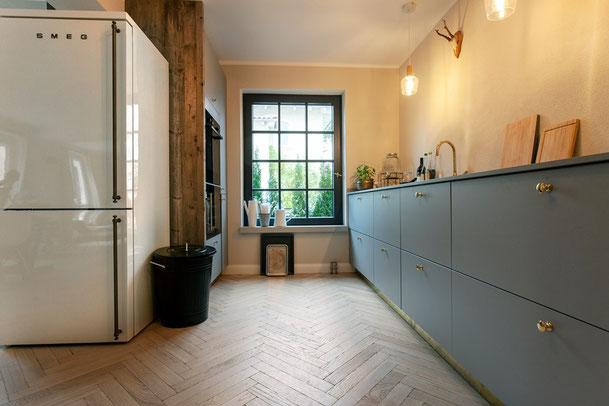 Moderne Küche mit Fischgrätparkett von S. Fischbacher Living, Eiche strukturiert