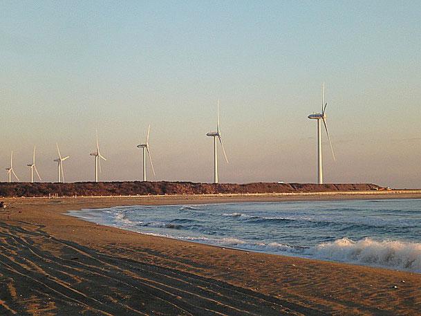 日の出。巨大風車が太陽の方向に向きを変えた。モアイ像みたいに。