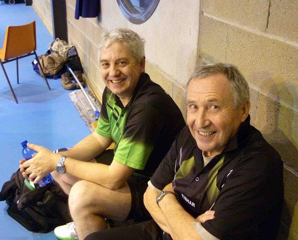 Thierry et Michel surveillent leurs équipes respectives