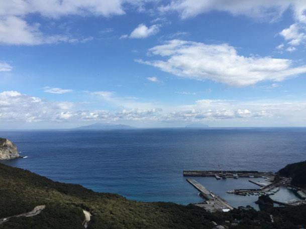多幸湾方面。奥に見えている島は三宅島(左)と御蔵島(右)。