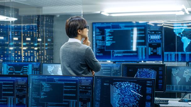 監視ルームでネットワークを監視する男性