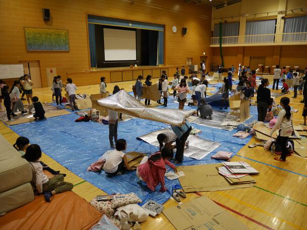 記事で取り上げた東京都日野市立平山小学校「『避難所開設訓練』及び『避難所宿泊学習』」の様子。※クリックで同コンテンツに遷移します。