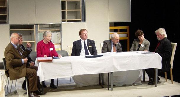 Der Vorstand bei einer MItgliederversammlung im Oktober 2010: (v.l.n.r.) Manfred Schmid, Fitzgerald Kusz, Britta Bungartz, Dr. Klaus Haage, Gustav Roeder, Richarda Kinzel, Roland Wiesmeier