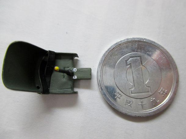 操縦席のシートです。1円玉で大きさを比較しました(2015.01.23)