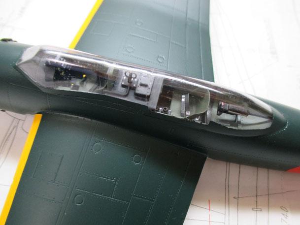 操縦席部分です。後方に機関銃(2015.05.10)