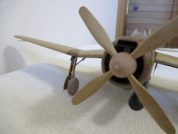 主翼下の車輪部分は金具も使います(B7A1)(2014.09.14)