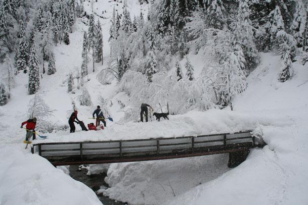 Schaufelarbeit bei der Brückenquerung - gut 2 m Schnee wurden abgeschaufelt!