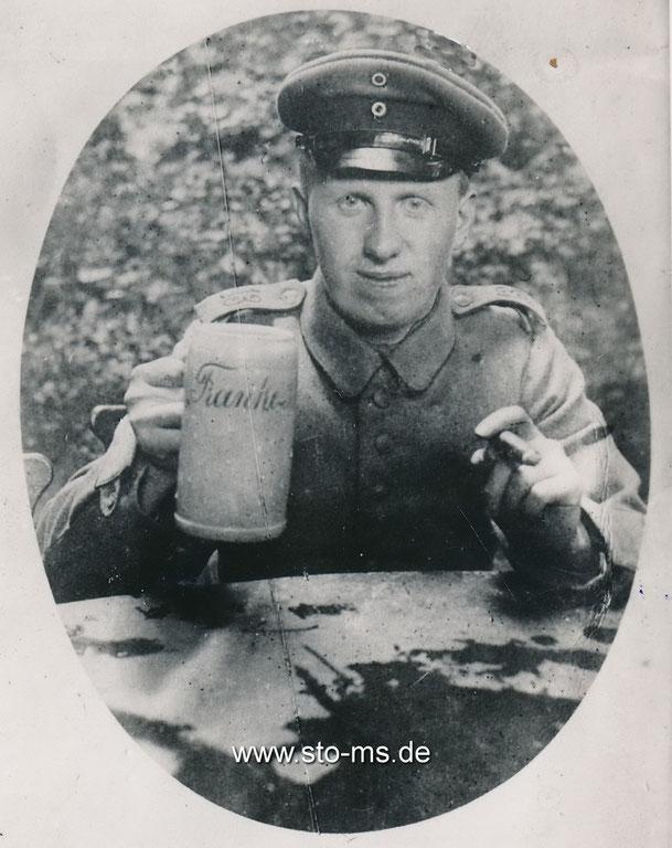 Carl als Soldat im 1. Weltkrieg mit Zigarre und einem Bierkrug des Brauhauses Franke aus Münster