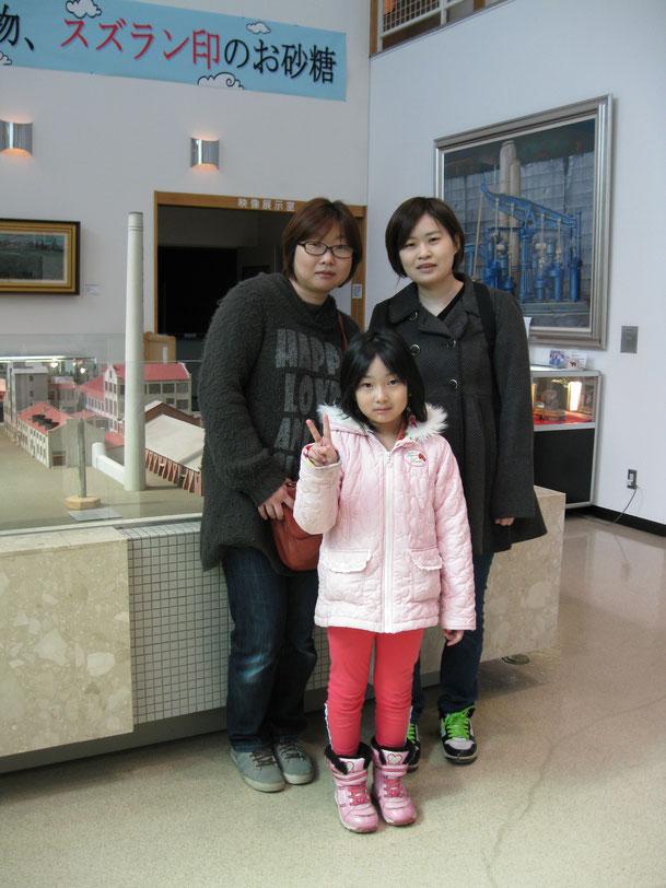 写真左からお母さんのK・T様、娘さんのK・Tさん(小2)、ご友人のM・S様