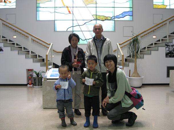 新潟から来られたH様ご夫妻(写真後列)と芽室在住の息子さんご家族