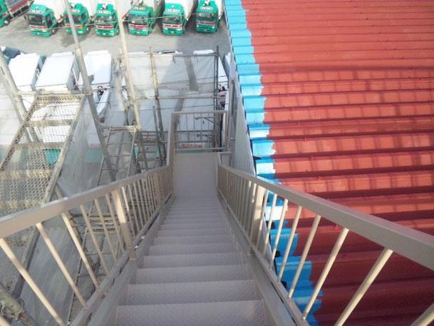 階段シリコンルーフ上塗り段