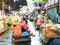 Überfüllt - Touristen werden durch die Khlongs gepaddelt