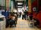 Vernetzt - Jugendliche in einer Markthalle in Lima mieten sich Internetplätze