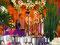 ...einer Hochzeit, bewunderten das traditionell gekleidete Hochzeitspaar...