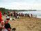 ... und sitzen auch bekleidet am Strand, ...
