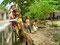 Neugierig - Fröhliche Kinder in den Villages von Yogya nähern sich uns während einer Trinkpause