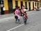 Indiofrauen auf dem Weg zum Fernbus in Lima