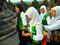 Ferien - Muslimische Schülerinnen aus Sumatra beim Besuch der buddhistischen Tempelanlage