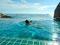 Nahtloser Übergang - Baden im Pool im Resort Koh Tao Hillside