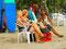 ... während Australierinnen sich mit einheimischen Surfboys unterhalten ...